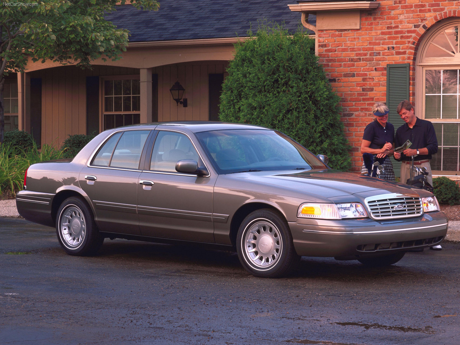 Ford-Crown_Victoria_mp8_pic_33132.jpg